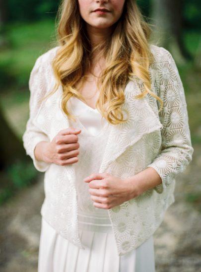 Blog mariage - La mariée aux pieds nus - Photo : L'artisan Photographe - Stéphanie Wolff - Gilet Sun / Robe Gretsch