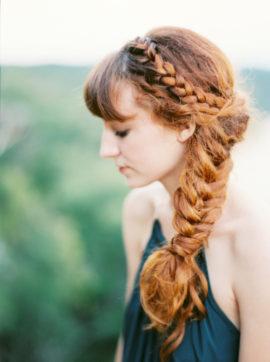 10 idées de coiffures de mariée tressées - La mariée aux pieds nus - Photo : Watson and Payne
